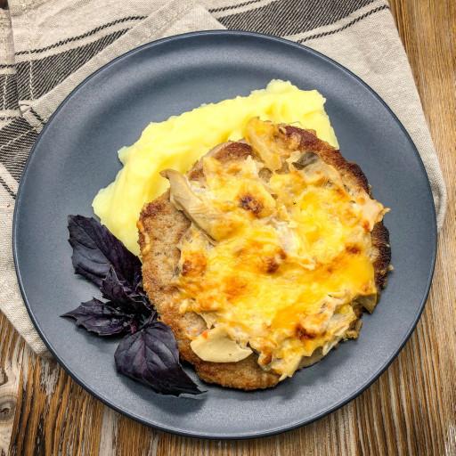 Мясо с грибами и сыром и картофельное пюре