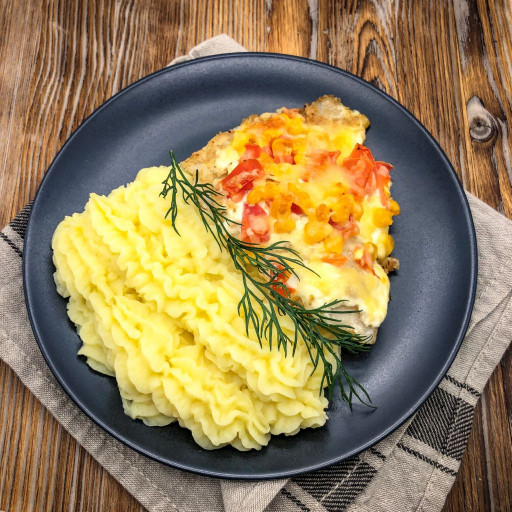 Филе куриное с помидорами и сыром и картофельное пюре