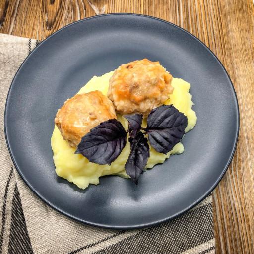 Тефтели тушеные в соусе и картофельное пюре