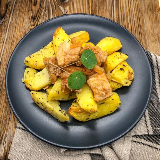 Поджарка из свинины и картофельные дольки