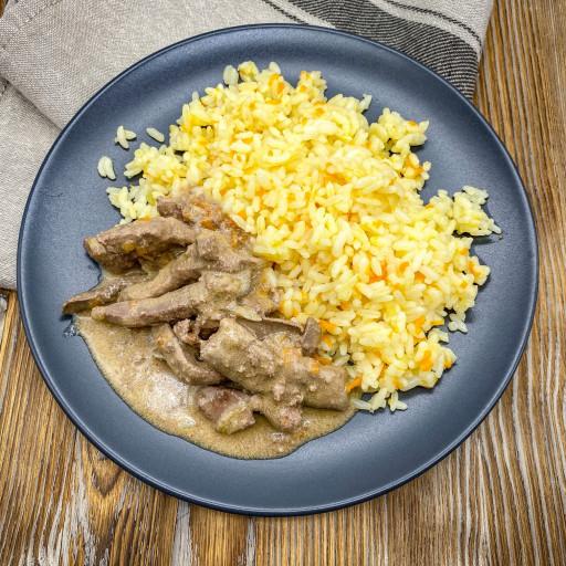 Печень по-строгановски и рис отварной с овощами