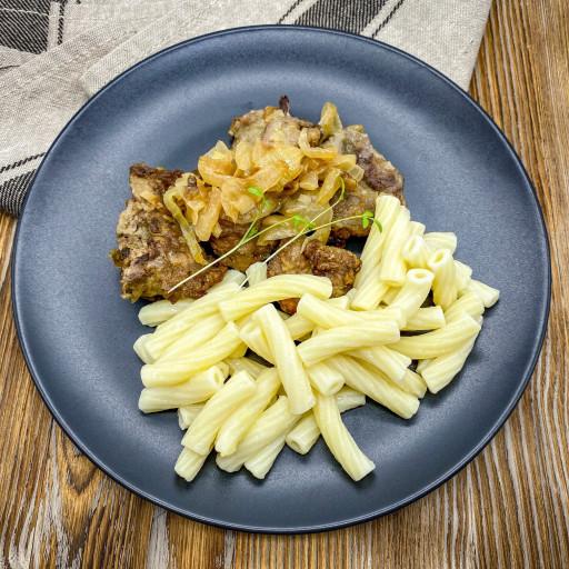 Печень куриная с луком и макароны